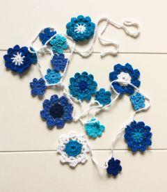 Gehaakte bloemenslinger in verschillende kleuren